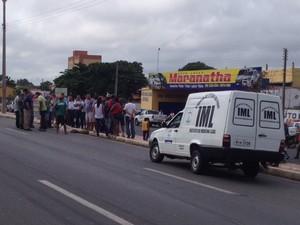 A vítima foi surpreendida pelo carro quando atravessava a BR- 316 em Teresina  (Foto: Gil Oliveira/G1)