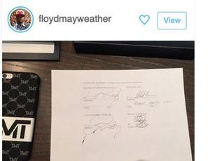 Mayweather exibe o contrato nas redes sociais (Foto: Reprodução)