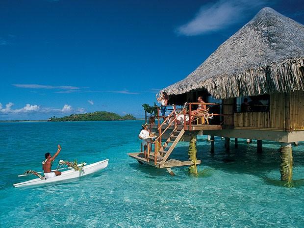 Canoa típica da região aborda casal em hotel (Foto: Tahiti Tourism/Divulgação)