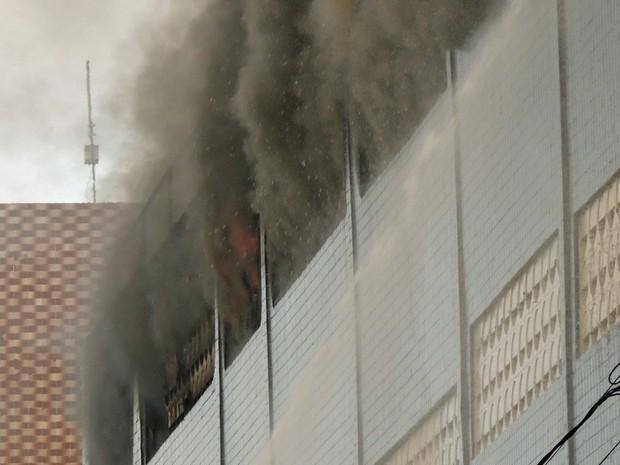 Bombeiros enfrentam dificuldades para controlar as chamas (Foto: Katherine Coutinho / G1)