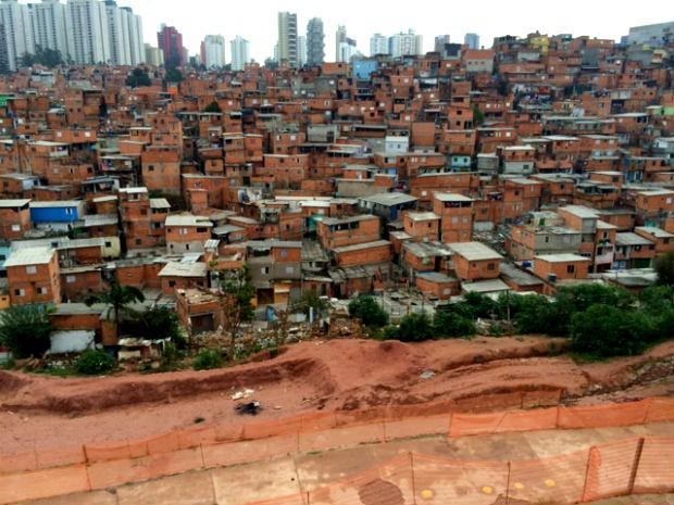 A região de Paraisópolis, onde moram cerca de 100 mil pessoas, e onde alugueis podem chegar a 600 por dois cômodos (Foto: Amanda Previdelli/G1)