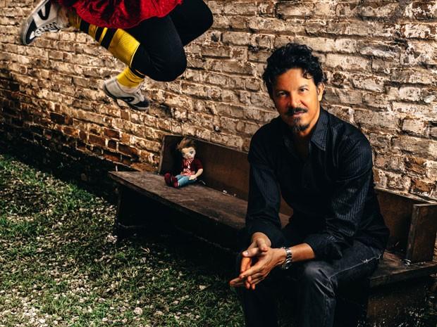 Novas músicas do cantor pernambucano trazem críticas sociais (Foto: José de Holanda / Divulgação)