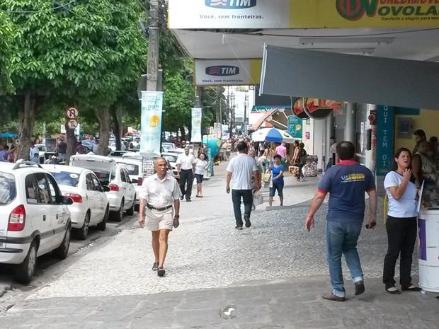 Frequentadores do Centro reclamam de falta de lixeiras nas ruas (Foto: Krystine Carneiro/G1)