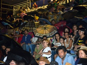 Espetáculo estreou com chuva em Piracicaba (Foto: Fernanda Zanetti/G1)