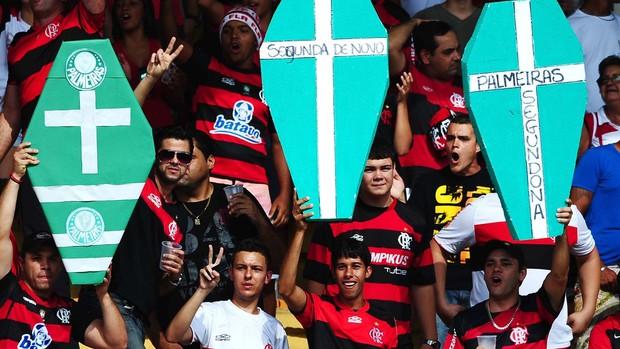 Torcida Flamengo com caixão Palmeiras (Foto: Marcos Ribolli / Globoesporte.com)