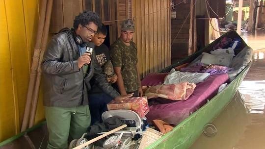 Família tem casa alagada e dorme dentro de barco em Canoas, RS