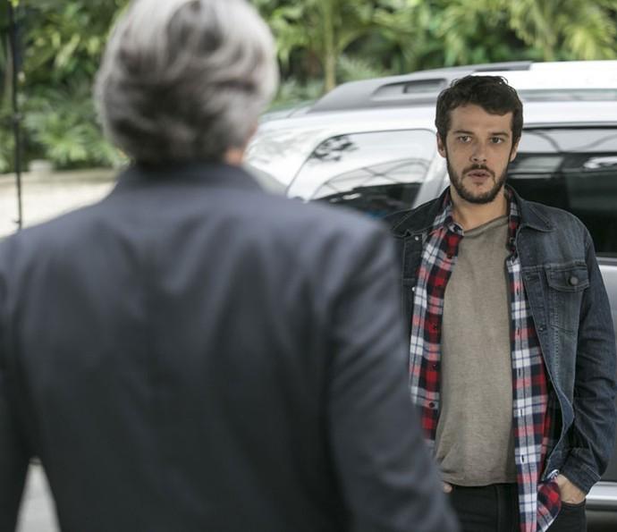 Giovanni diz a Aparício que aceita o convite para trabalhar no Grand Bazzar (Foto: Raphael Dias/Gshow)