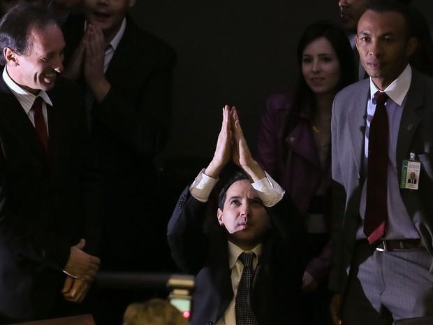 Natan Donadon agradece após Câmara rejeitar a cassação do seu mandato (Foto: Sérgio Lima/Folhapress)