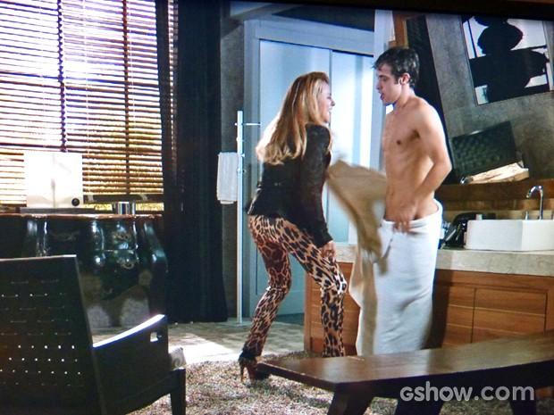 Shirley ataca e deixa Leto pelado (Foto: Em Família/ TV Globo)