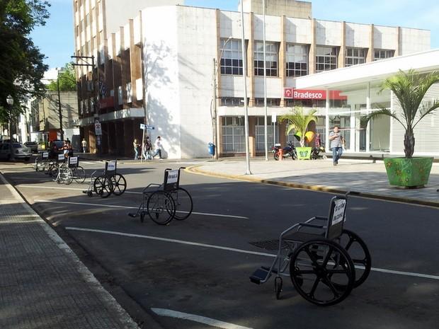 Cadeiras de rodas na Praça José Bonifácio, em Piracicaba (Foto: Fernanda Zanetti/G1)