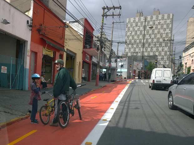 Na Rua Barra Funda, ciclistas usam espaço ainda antes de ele ser oficialmente inaugurado. (Foto: Ardilhes Moreira/G1)