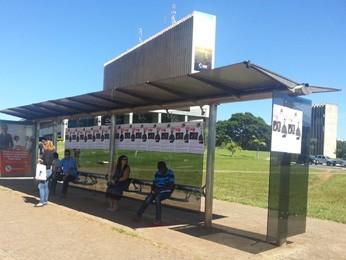 Parada de ônibus com cartazes afixados por policiais militares (Foto: Raquel Morais/G1 DF)