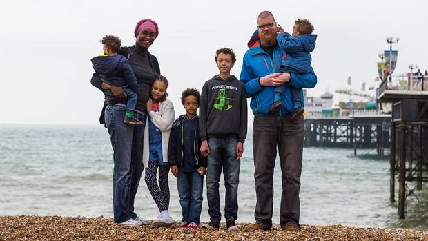 O casal Keisha e Wilco van Cleef-Bolton e seus cinco filhos são a família mais alta do Reino Unido (Foto: BBC)