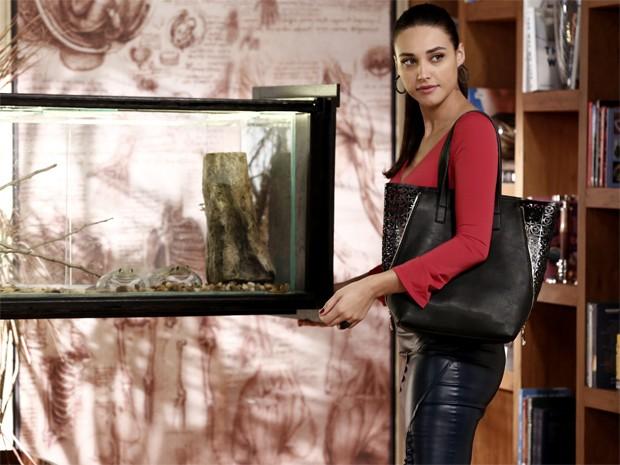 Sueli visita o consultório de Marcos e aproveita para o anel de Laura para os sapos (Foto: Inácio Moraes/ Gshow)