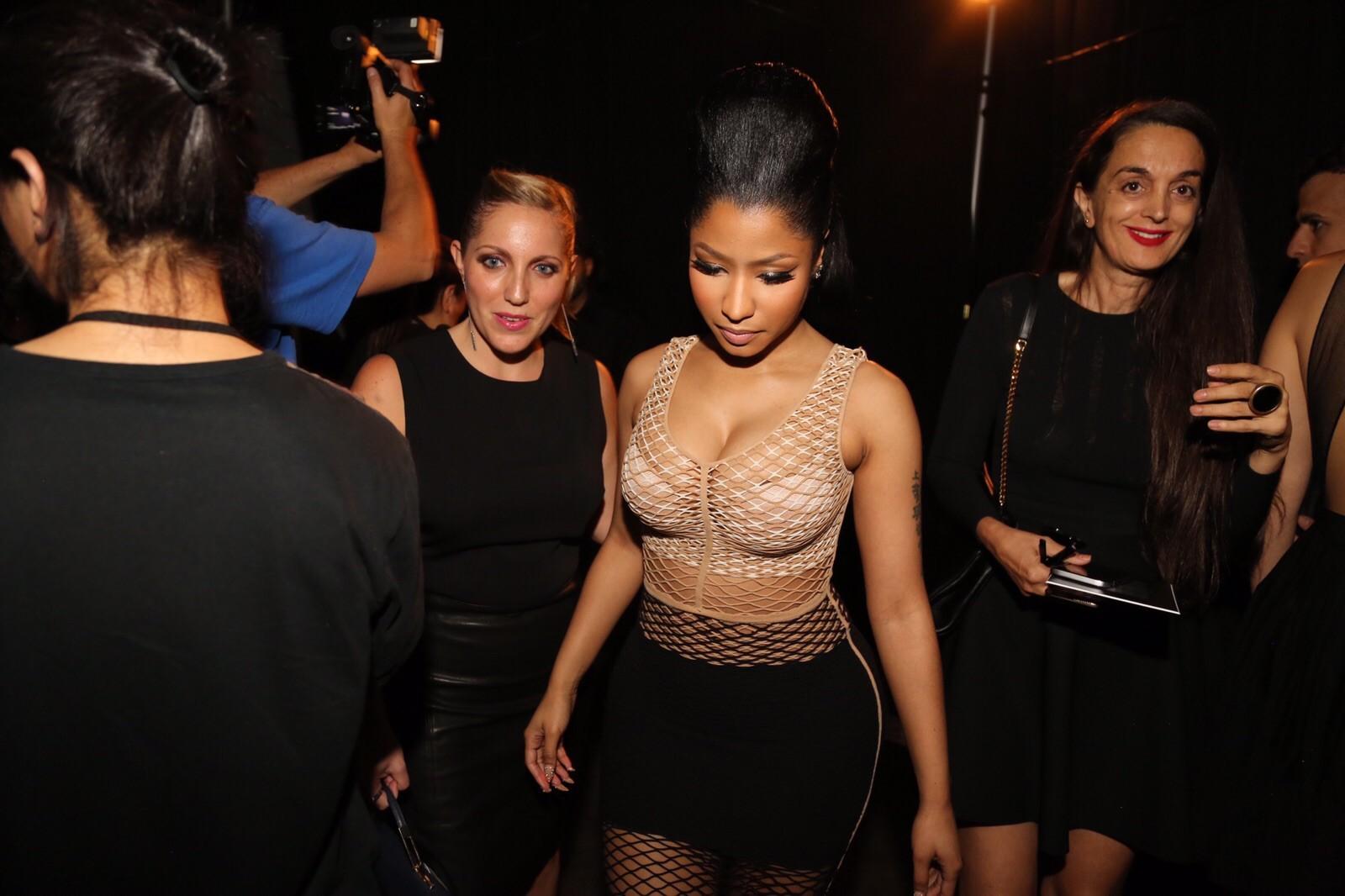 Nicki Minaj não mede esforços para ser sexy e ousa em desfile de Alexander Wang
