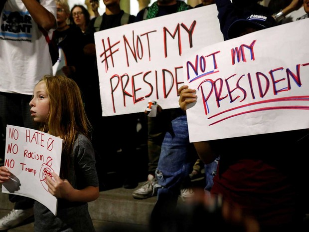 Menina participa de protesto com cartaz com a frase 'Not my president' (Não meu presidente) na noite de quinta-feira (10), na periferia de Los Angeles, na Califórnia, nos Estados Unidos (Foto: Patrick T. Fallon/ Reuters)