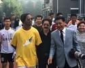 """Na China para amistosos, Ronaldinho conhece o país e posta: """"Legal demais"""""""
