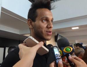 Souza na chegada a Porto Alegre (Foto: Jessica Mello/GLOBOESPORTE.COM)