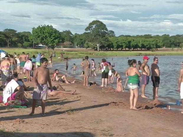 Represa de Jurumirim é opção de moradores para descansar no carnaval (Foto: Reprodução/TVTEM)