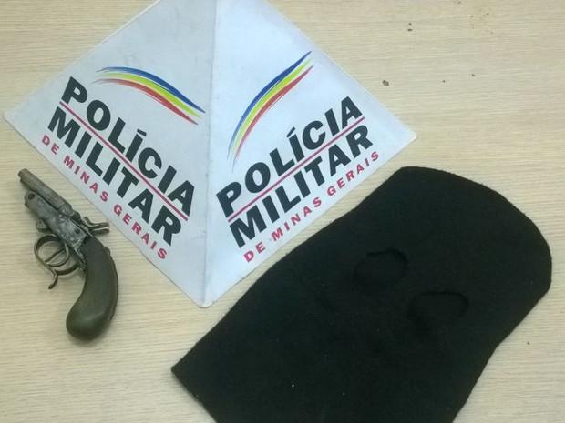 Garrucha e touca ninja apreendidas (Foto: Polícia Militar/Divulgação)