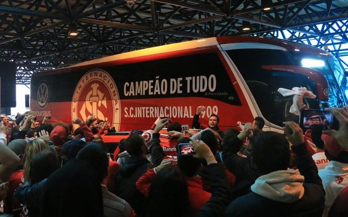 inter internacional embarque méxico aeroporto salgado filho (Foto: Eduardo Deconto/GloboEsporte.com)