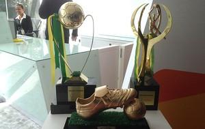 Trofeus de melhor jogador, artilheiro e melhor goleiro da Copa do Brasil (Foto: Vicente Seda)
