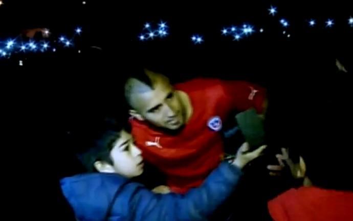 Vidal selfie menino CT Chile rua