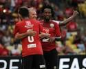 Com profissionais, time de Zico vence Jogo das Estrelas com Maracanã cheio