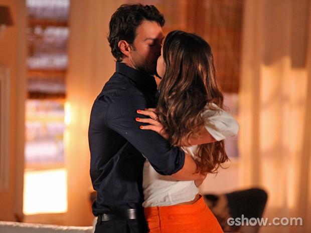 Laerte dá beijo forçado em Luiza (Foto: Pedro Curi/ TV Globo)