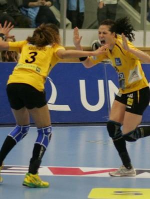 Alexandra Nascimento e Fernanda na Winner's Cup de handebol (Foto: Foto: Hypo Nö/Divulgação)