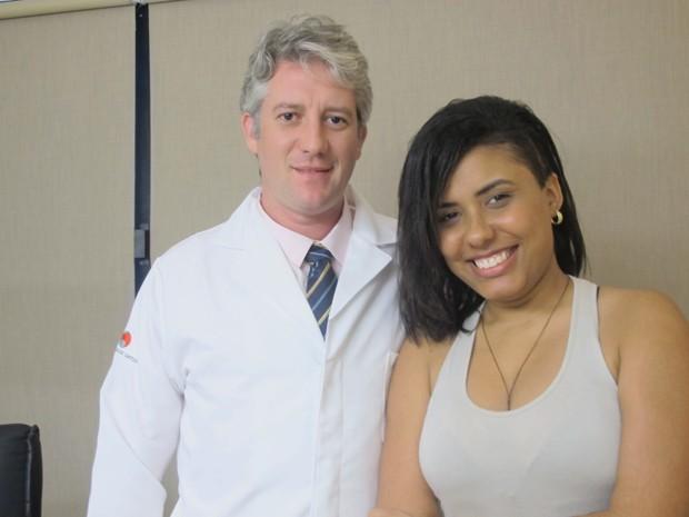 Médico e paciente após um mês da cirurgia (Foto: Mariane Rossi/G1)