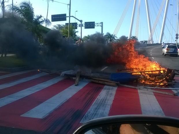 Protesto na Ponte da Passagem, em Vitória (Foto: Marciele Drumond/ VC no ESTV)