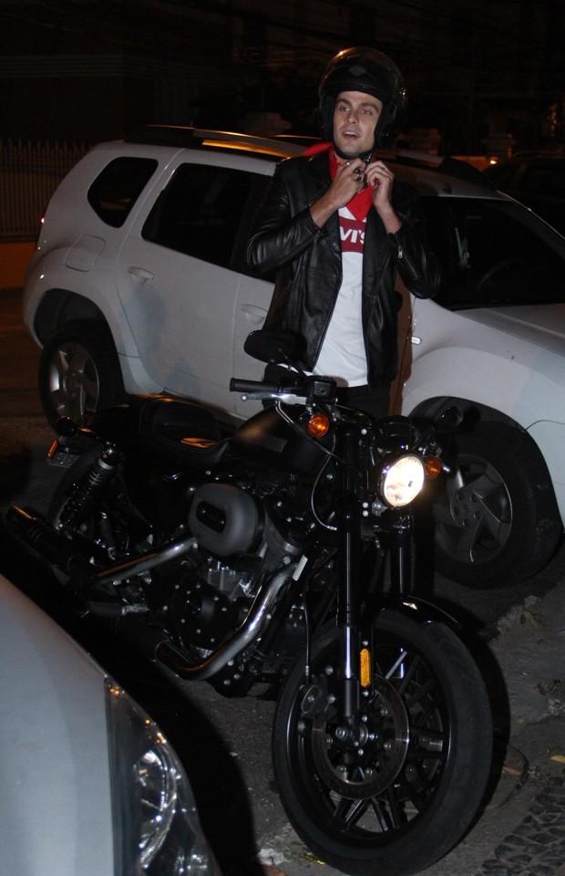 Paulo Dalagnoli chega de moto a evento  (Foto: Wallace Barbosa/AgNews)