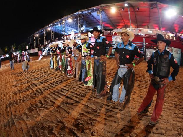 Peões se preparam na arena (Foto: Felipe Albertoni)