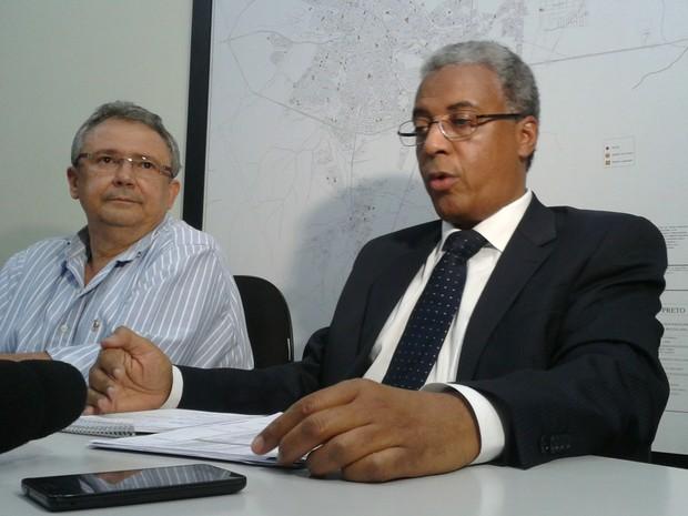Ivo Colichio (esquerda) e Marco Antônio dos Santos (direita) planejam ampliar capacidade do Daerp em realizar manutenção de bombas (Foto: Rodolfo Tiengo/G1)