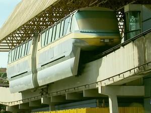 Texto de abaixo-assinado diz que estrutura, parada há mais de 13 anos, corre risco de cair (Foto: Reprodução EPTV)