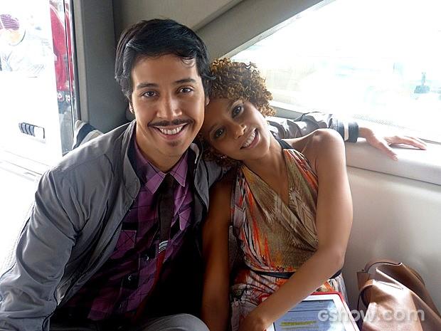 Taís Araújo posa ao lado do colega de elenco Arlindo Lopes (Foto: Geração Brasil / TV Globo)