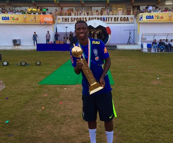 Vinícius levanta a taça de artilheiro da Brics Cup pela seleção sub-17 (Foto: Divulgação)