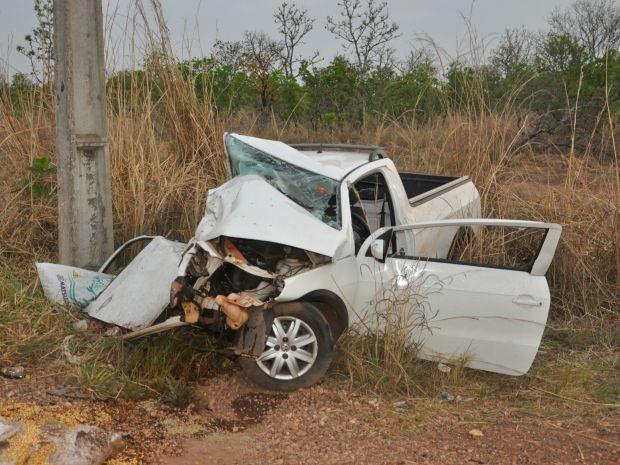 Saveiro ficou destruída após acidente na MT-010 (Foto: Carolina Holland/G1)
