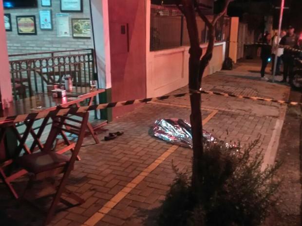Mulher é morta após ser baleada em bar em São Carlos (Foto: Maurício Duch/ Folha Região)