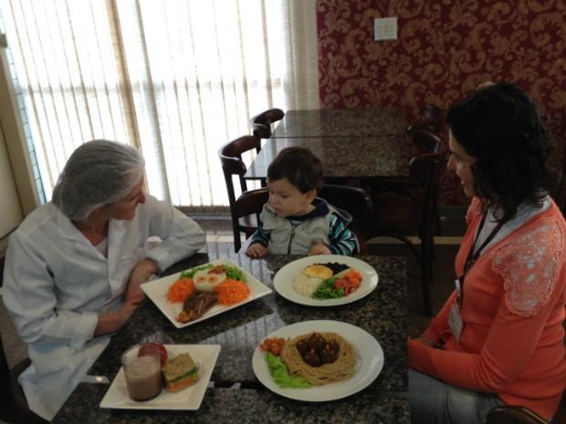 Nutricionista apresenta as diferentes opções de refeições para Lucas e a mãe (Foto: Thais Kaniak / G1PR)