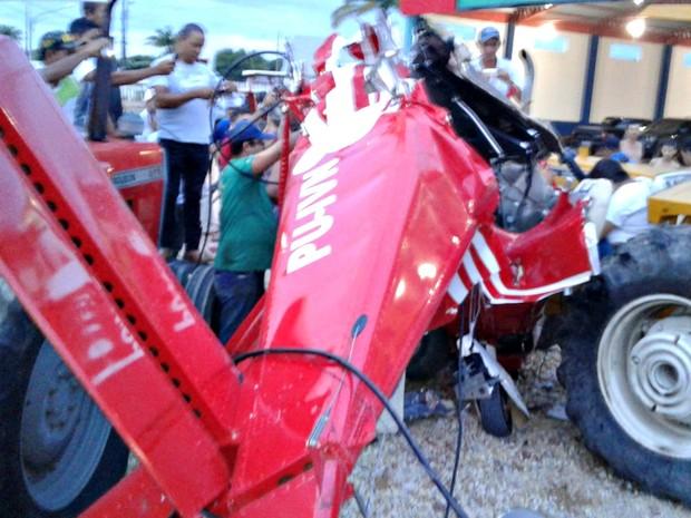 Avião caiu em cima de tratores em loja de revenda de veículos (Foto: Nortão Online)