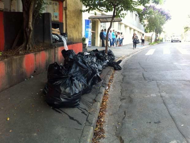 Lixo em rua de Taboão da Serra (Foto: Márcio Pinho/G1)