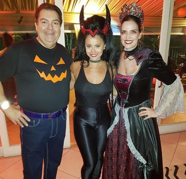 Viviane Araújo entre os anfitriões, Fausto Silva e a mulher, Luciana Cardoso (Foto: Reprodução/Instagram)