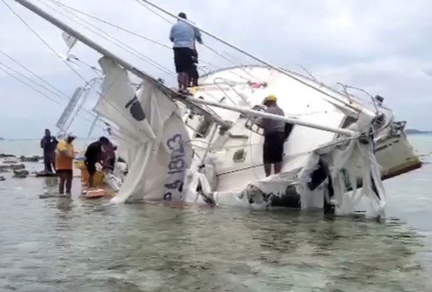 Iate que seguia para a Austrália encalhou perto do litoral de Tonga (Foto: AFP)