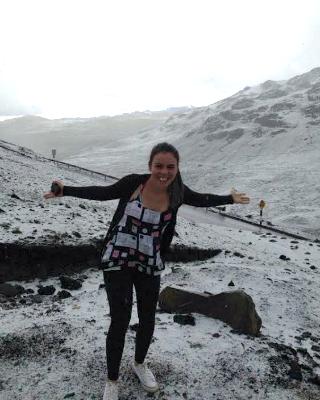 Diana se diverte ao ver neve no Peru (Foto: Diana Bastos/ Arquivo Pessoal)