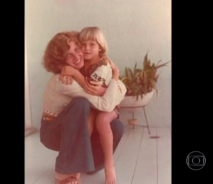 Mãe de Luciano Huck abraça o filho (Foto: TV Globo)