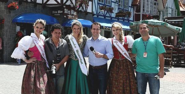 Equipe RBS TV posa com a rainha e as princesas da Oktoberfest (Foto: Jessé Giotti/Agência RBS)
