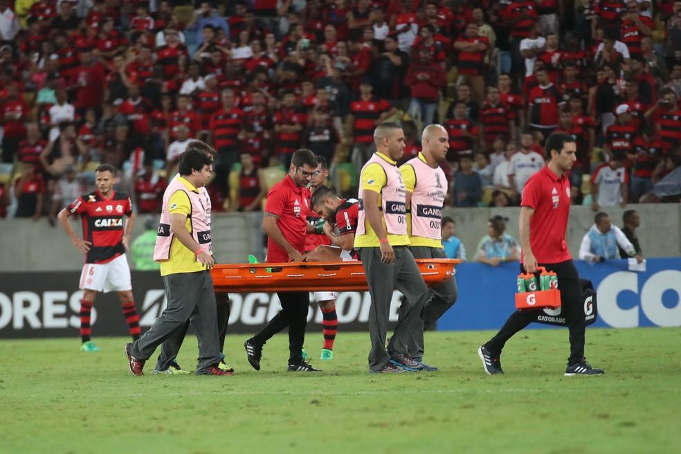 Diego sai de maca após pancada no joelho direito: meia pode desfalcar o Flamengo por cerca de um mês (Foto: Gilvan de Souza/Flamengo)