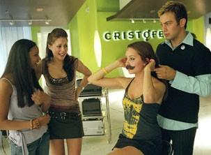 Com a ajuda de suas amigas, Olivia se 'transforma' em seu irmão, Sebastian (Foto: Divulgação)